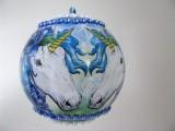 Kugel aus Acryl mit Einhorn und Halbperlen in Blau und Weiß
