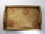 Handverziertes Holztablett in Gold - Braun mit Stoffverzierungen