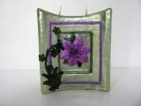 Kerze | Blockform mit Aushöhlung | lindgrün mit lilafarbenen Verzierungen
