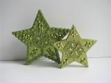 Sterne aus Holz in Grün mit Schmucksteinen verziert