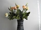 Blumenvase anthrazit mit Halbperlen in creme